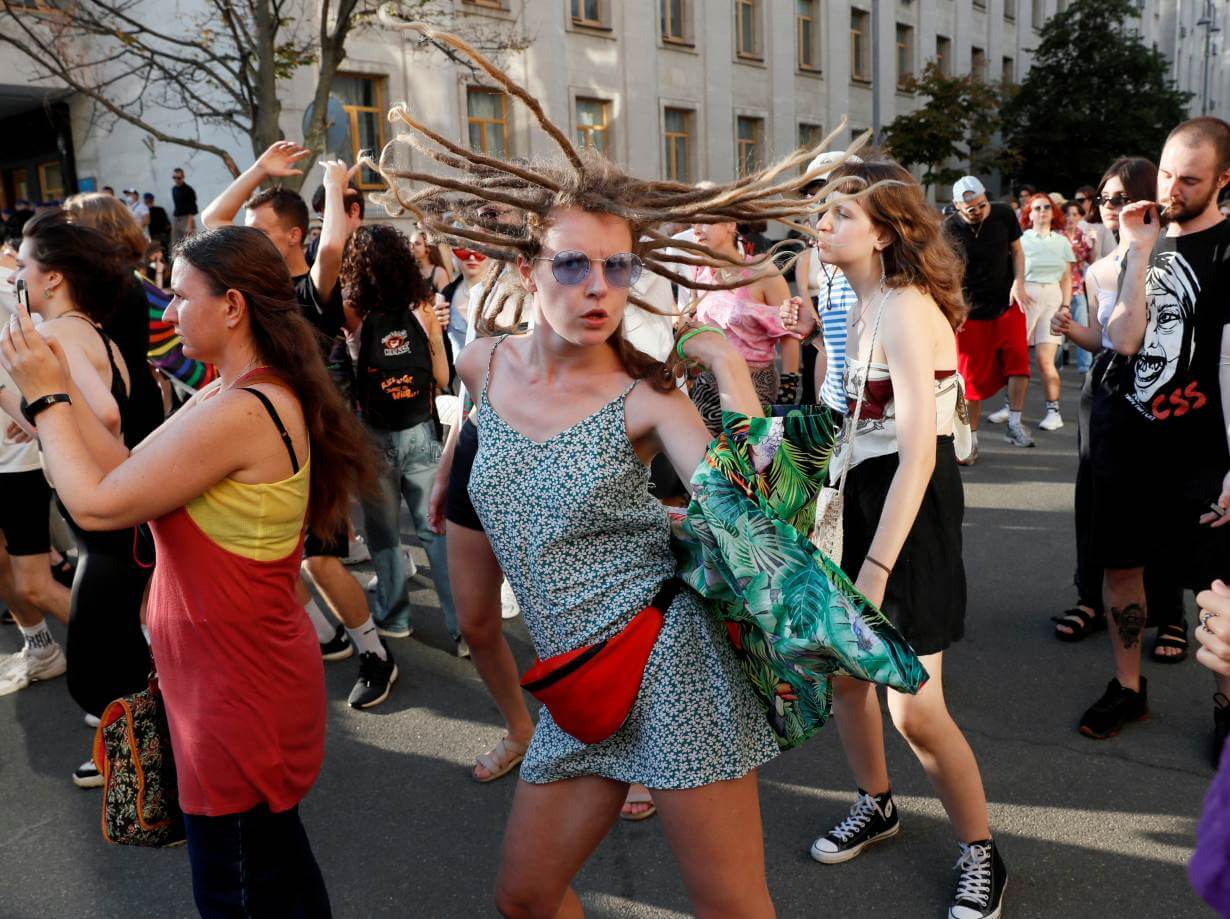 Ucrania: Jóvenes LGBTQI+ se manifiestan por sus derechos frente a la oficina del presidente con un rave